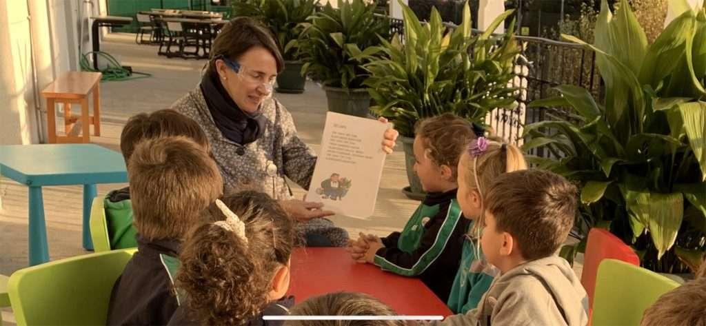 Con el fin de eliminar las barreras y dificultades de comunicación que generan el uso de mascarillas y el mantenimiento de la distancia de seguridad especialmente con alumnado con necesidades educativas especiales y de los ciclos de infantil, el profesorado de Egiluze utiliza mascarillas transparentes homologadas.